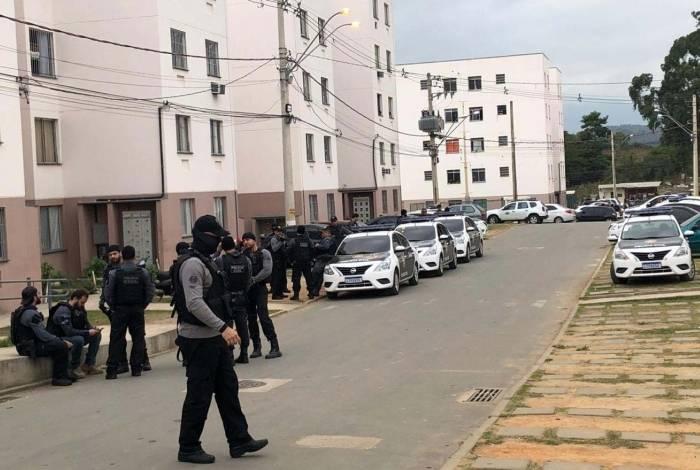 Os policiais estiveram no Condomínio Roberto Costa, uma das áreas de atuação da milícia