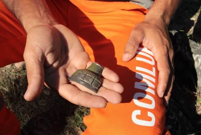 Gari mostra um pedaço da granada, após a explosão controlada