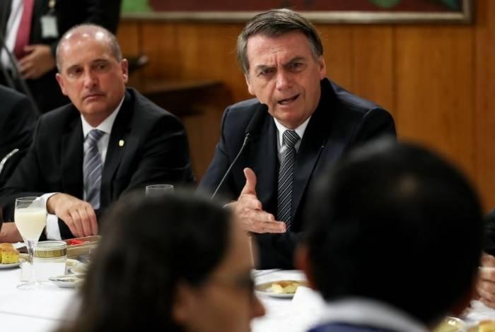 Bolsonaro foi acompanhado pelo ministro Lorenzoni na coletiva com jornalistas e no evento na igreja