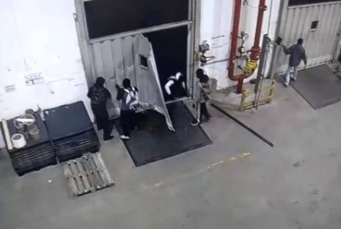 Câmeras de segurança registraram momento em que criminosos invadiram o local e renderam funcionários