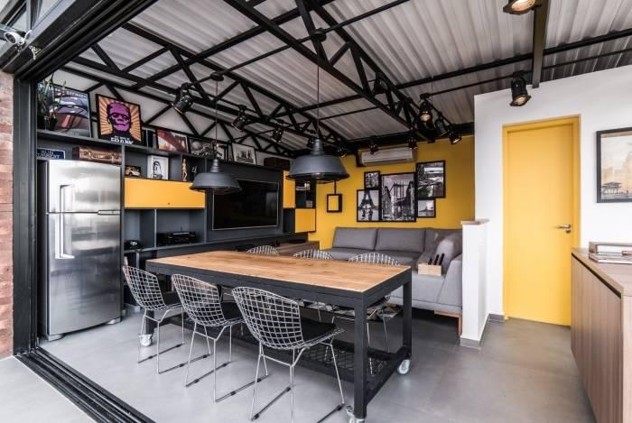 Nesse projeto, moradores investiram em porta amarela que combinou com uma parede e contrastou com o restante da decoração