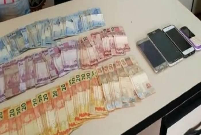 Agentes da Draco apreenderam cerca de R$ 2 mil com milicianos em Paciência, Zona Norte do Rio