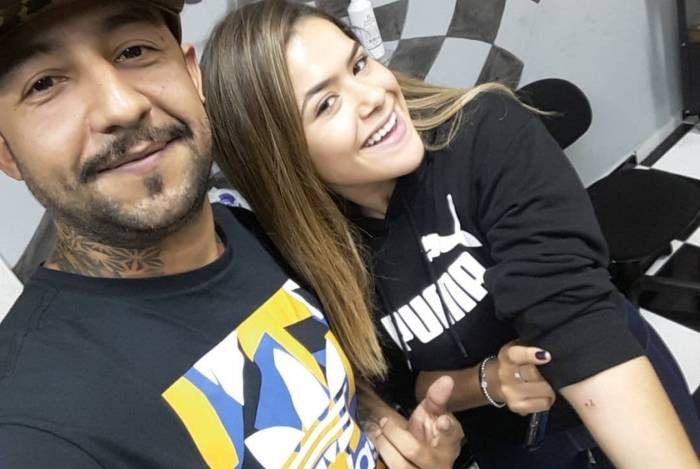 Maisa Silva com o tatuador