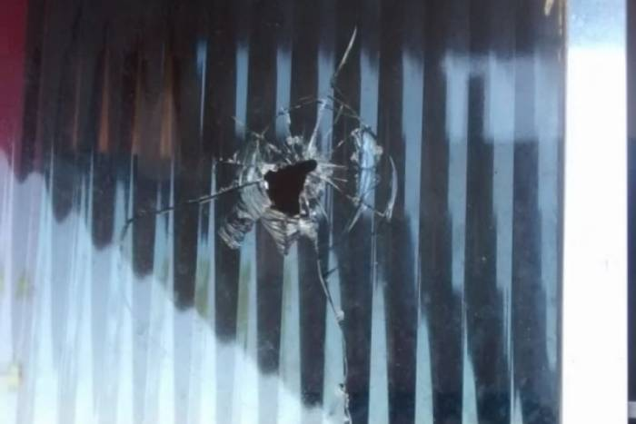 Projétil atingiu janela de moradora