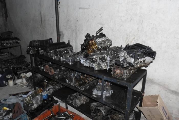 Cerca de cem motores e caixas de marchas sem procedência foram apreendidas. Algumas peças foram identificadas como pertencentes a veículos roubados