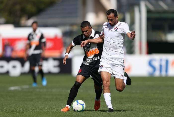 Yan Sasse e Nenê disputam a bola: clássico movimentado em São Januário