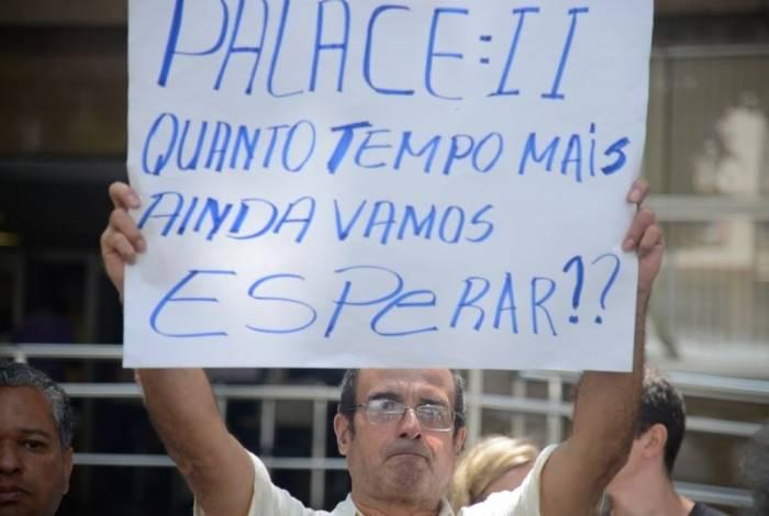 Após 20 anos do desabamento do edifício Palace II, vítimas protestam no Tribunal de Justiça, no Centro do Rio