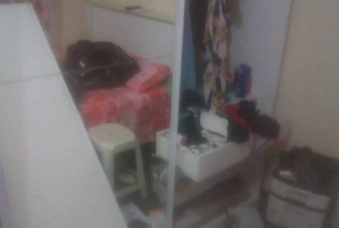 Em vídeo, morador mostra armário destruído após operação da polícia