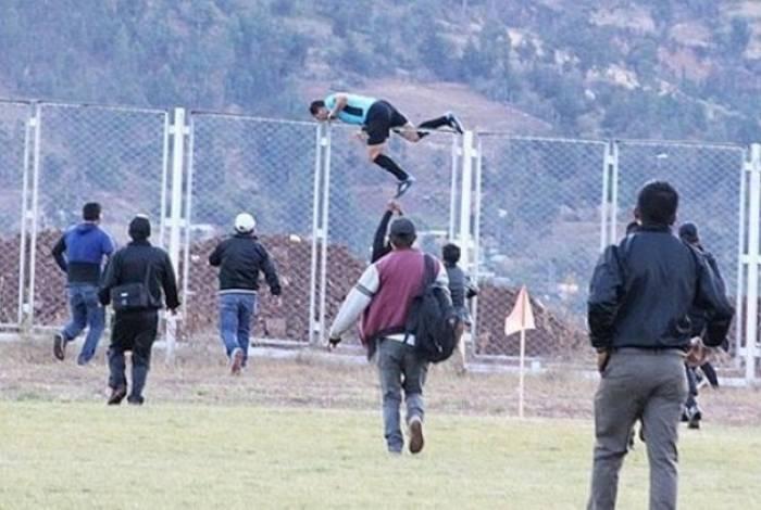 Árbitro pula alambrado para escapar de torcedores no Peru