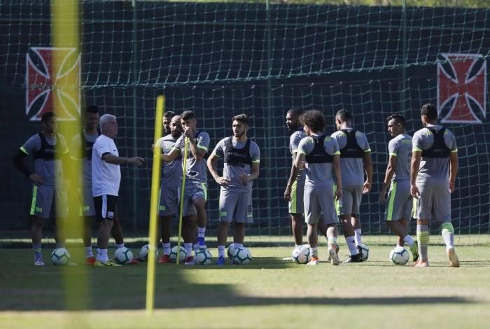 Jogadores do Vasco trabalharam ontem no CT do Almirante ao lado do preparador físico Antonio Mello