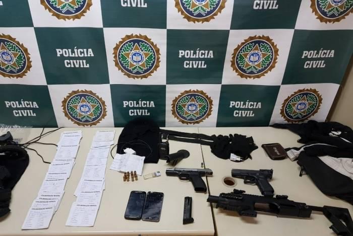 Policiais apreenderam pistolas, munições, um colete balístico, uma balaclava, um rádio transmissor e diversas anotações financeiras do bando