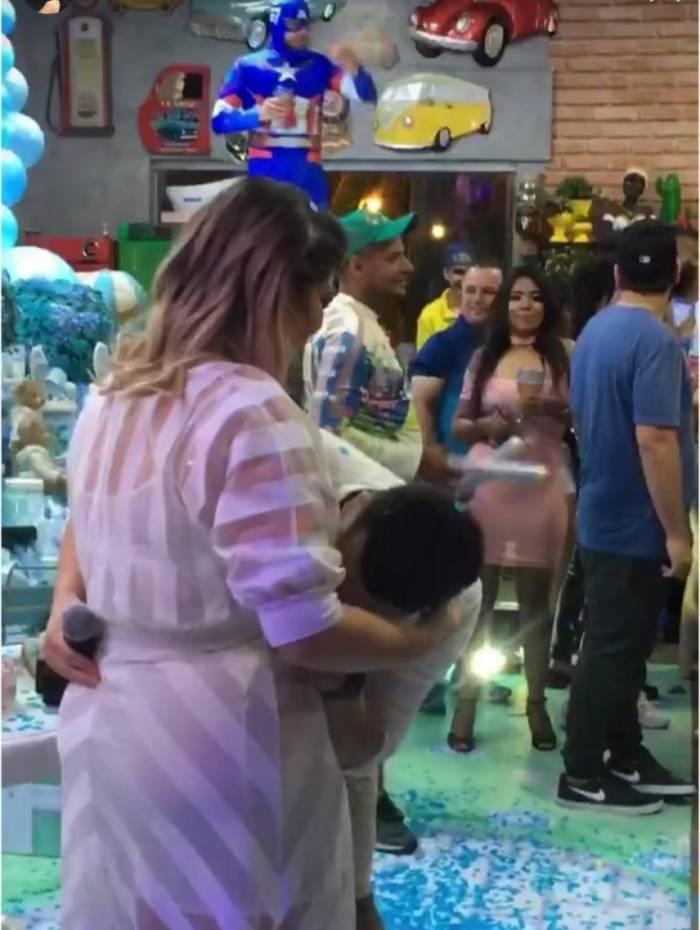 Marília Mendonça e o namorado Murilo Huff se emocionam ao descobrir o sexo de seu bebê