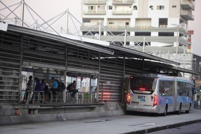 Entre as melhorias a serem feitas no BRT, a reativação de 22 estações da Avenida Cesário de Melo, na Zona Oeste, e o conserto de 90 ônibus