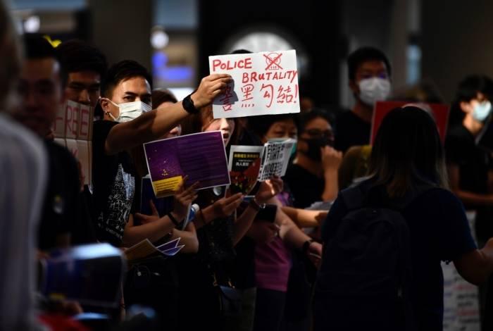 Protestantes fazem ato em aeroporto de Hong Kong