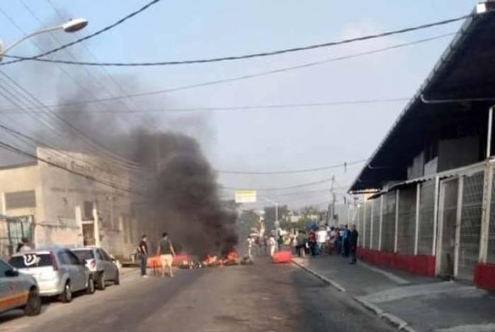 Os manifestantes colocaram objetos no meio da rua e atearam fogo