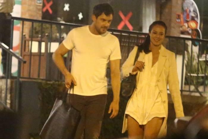 Paolla Oliveira e Sérgio Guizé jantam juntos em restaurante no Itanhangá após gravação de novela
