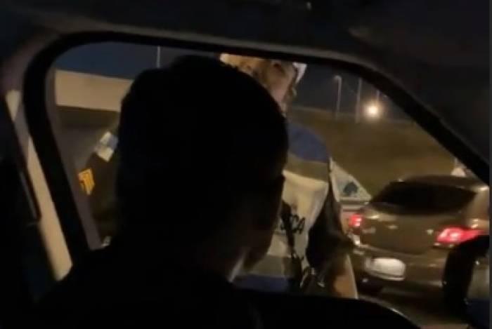 Thiago Silva é tietado por agentes da Lei Seca