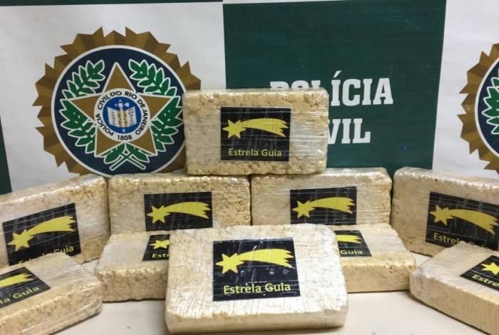 Mulher foi presa transportando 10kg de pasta base de cocaína
