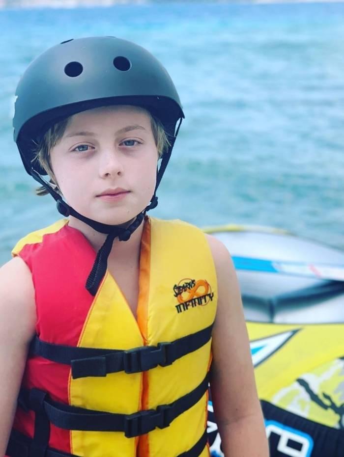 Benício, filho de Luciano Huck e Angélica que sofreu acidente enquanto praticava wakeboard, voltou ao mar