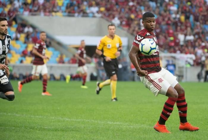 Lincoln, atacante do Flamengo, deixou o campo lesionado