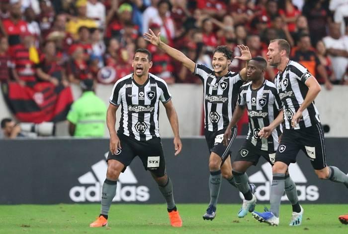Botafogo foi derrotado pelo Flamengo. Na foto Diego Souza, Marcinho, Joel Carli e Jonathan. Foto: Daniel Castelo Branco / Agência O Dia
