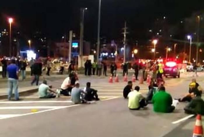 Motoristas sentaram no chão para impedir a passagem de veículos na região