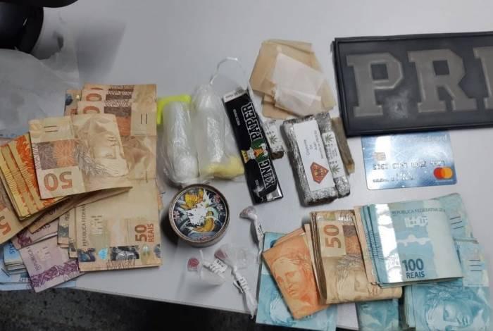 Dinheiro e droga apreendidos com os suspeitos