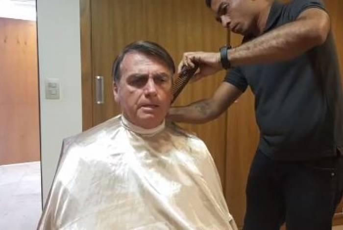 Presidente Jair Bolsonaro fez live durante a tarde desta segunda-feira, enquanto cortava o cabelo
