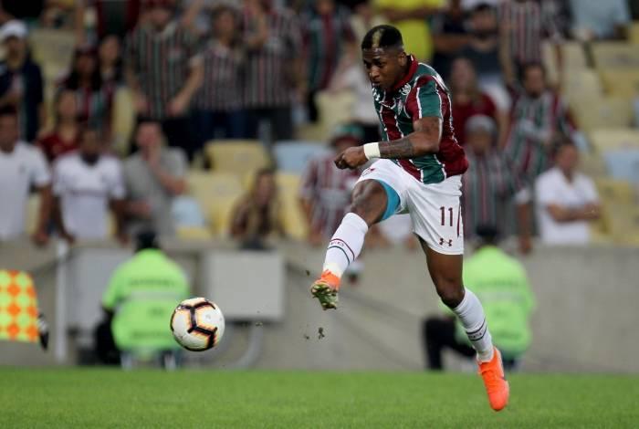 Yony González chuta para marcar o segundo gol tricolor