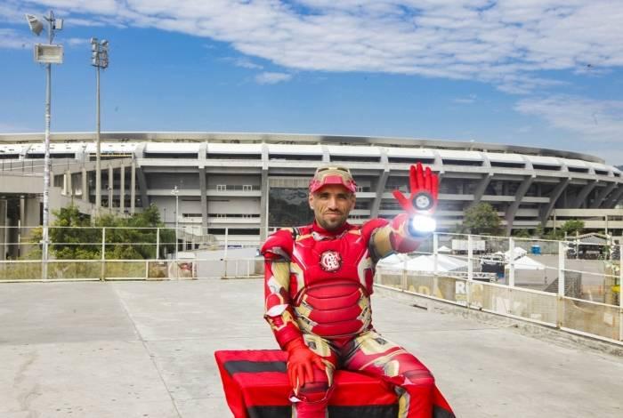 Fábio Lúcio Santos, de 43 anos, 'vira' Homem de Ferro no Maracanã