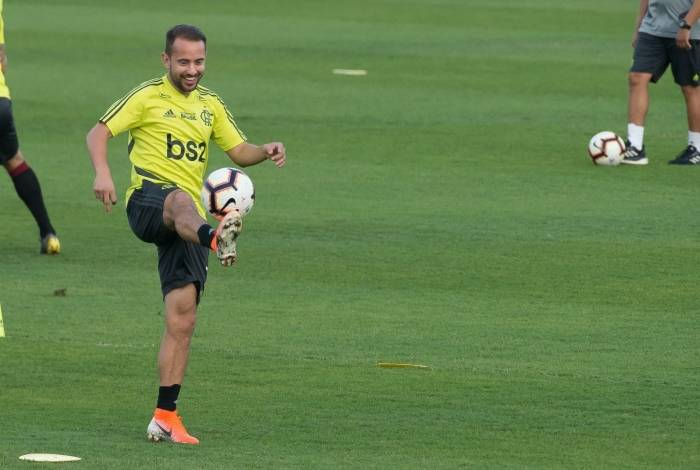 Everton Ribeiro treinou bem na última atividade antes do jogo
