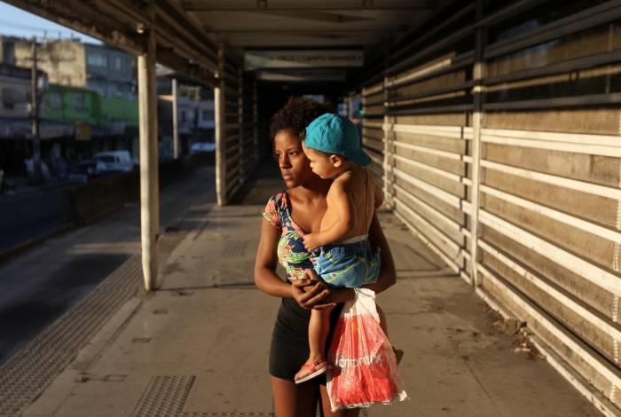 Com o filho Cauã Gabriel, de 2 anos, Ana Vitória lamenta o abandono da estação Cesarão, em Santa Cruz
