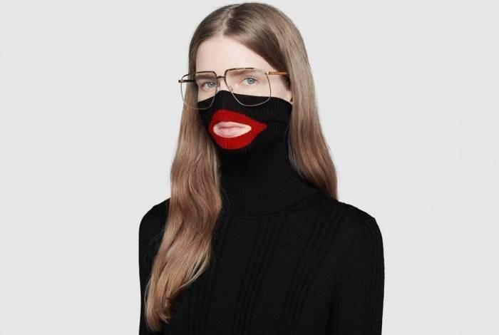 Em fevereiro, a marca gerou repercussão negativa ao anunciar um suéter com gola alta preta que cobria a metade do rosto, com a estampa de um lábio vermelho