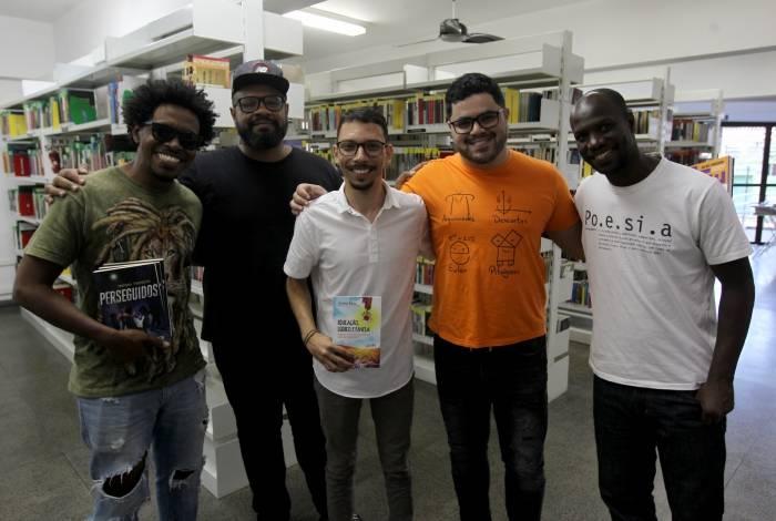 Gerson, André, Jonathan, Rafael e Otávio: entrevista descontraída num local familiar aos escritores, uma biblioteca no subúrbio do Rio