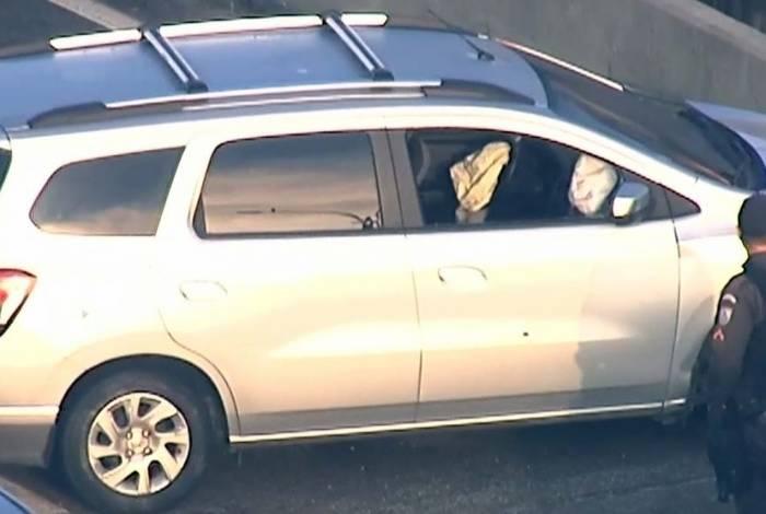 Policial foi abordado na altura de Bonsucesso da via expressa