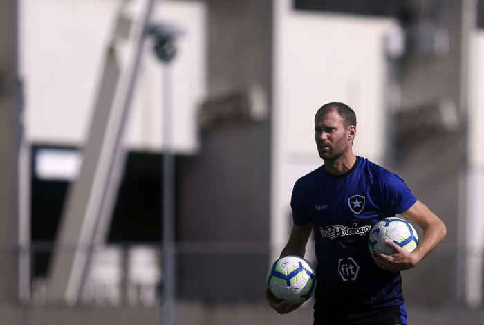 Depois de cumprir suspensão contra o Galo, o capitão Carli volta à zaga do Botafogo