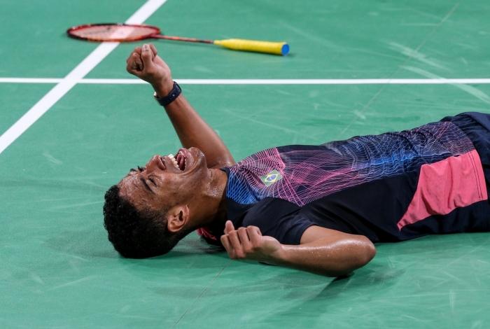 O brasileiro Ygor Coelho vibra em quadra após vencer o canadense Brian Yang e conquistar a medalha de ouro