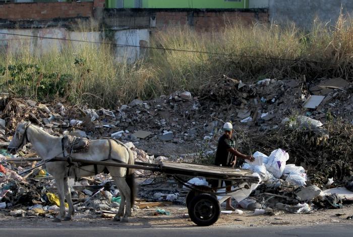 Lixo e entulho tomam conta da calçada na Rua Cardoso de Castro