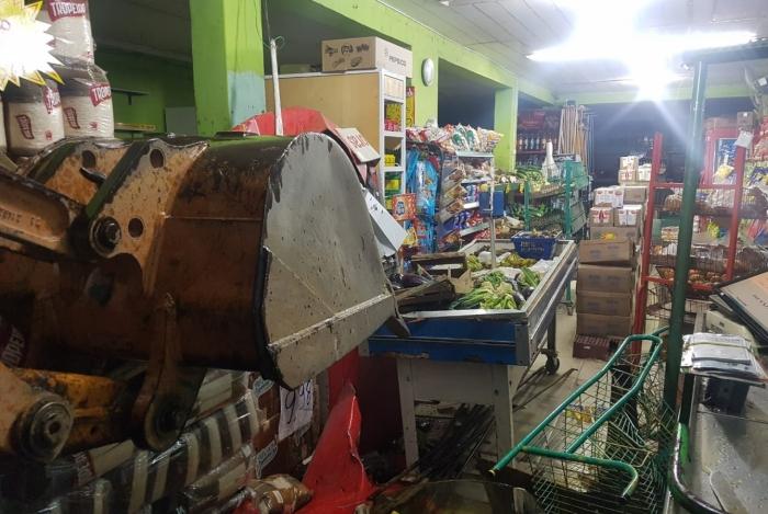 Parede do mercado ficou danificada por conta do equipamento utilizado