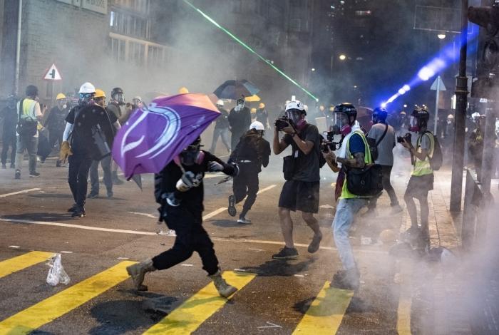 A polícia reagiu com bombas de gás lacrimogêneo e balas de borracha ao grupo que quebrou o metrô