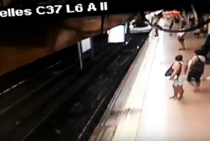 Por centímetros, homem conseguiu se desviar do metrô que chegava na estação