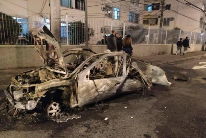 Carro explodiu na Avenida Vicente de Carvalho