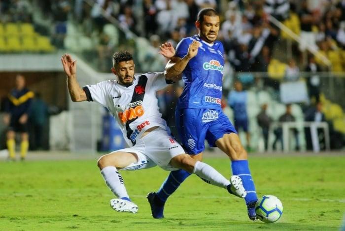 Marquinho tenta tirar a bola de Nilton: afoito, o Vasco foi incapaz de vencer o vice-lanterna do Brasileiro