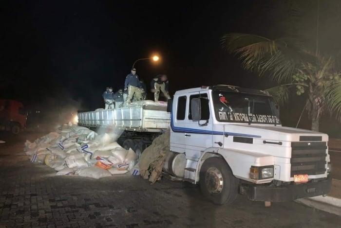policiais realizaram uma revista na carga e encontraram cerca de 5,2 toneladas de maconha
