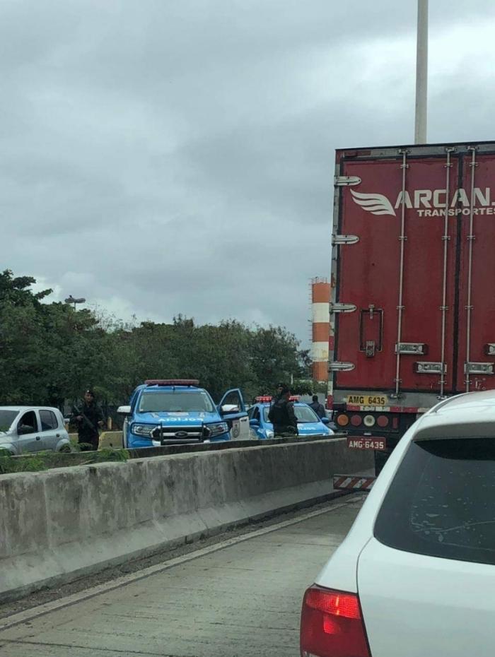Policiais fizeram cerco na Avenida Brasil para interceptar caminhão roubado no último domingo