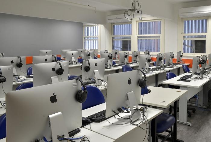 Laboratório da Faculdade Senac RJ: casos reais são tratados na graduação e muitos estudantes são contratados antes de formados