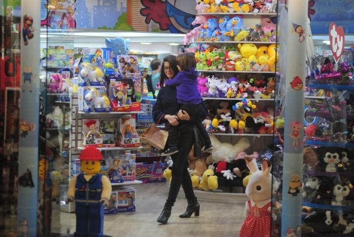 Alinne Moraes aproveitou o domingo frio no Rio para passear com o filho em shopping da Zona Sul