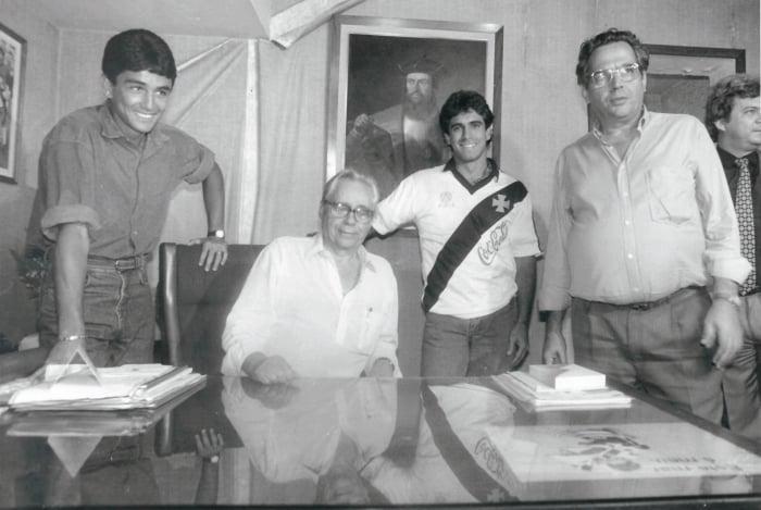 Calçada com Dinamite (no alto) e com Bebeto, Luisinho e Eurico Miranda