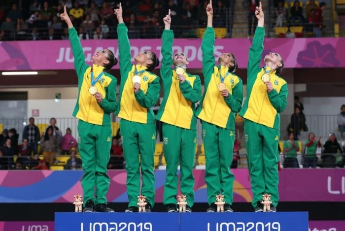 Meninas da ginástica rítmica do Brasil festejam a medalha de ouro