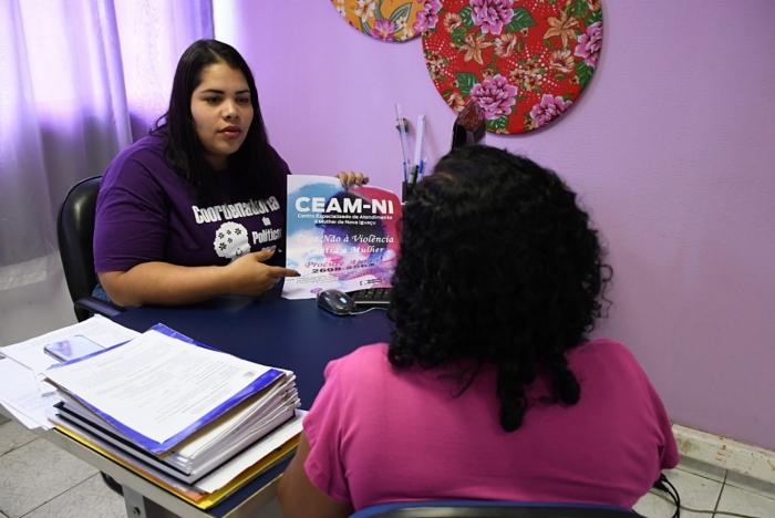 Funcionárias do CEAM atendem e orientam mulheres vítimas de violência doméstica